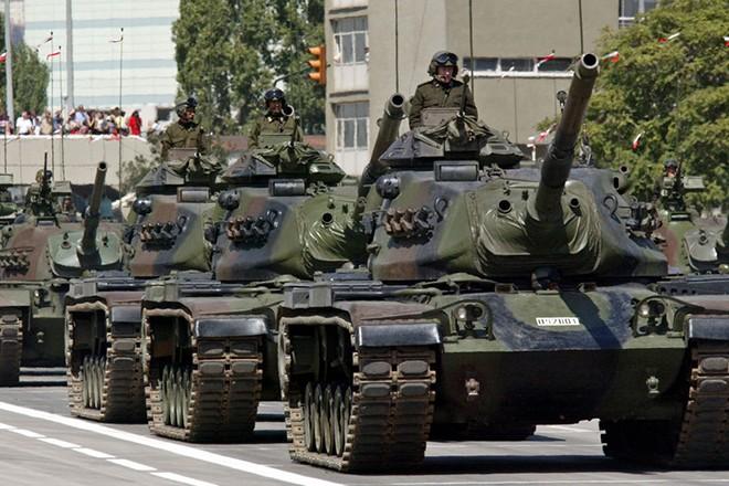 ANK06 - 20020830 - ANKARA, TURKEY : US made M-60 tanks of the Turkish army take part in the Victory Day military parade in Ankara on Friday 30 August 2002. EPA PHOTO EPA/TARIK TINAZAY/TT fob