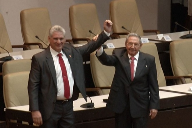 epa06679819 Videograb of the new Cuban President Miguel Díaz-Canel (L) with outgoing President Raul Castro (R) in Havana, Cuba, on 19 April 2018. Diaz-Canel, until now first vice-president of the Government, was elected today president of Cuba by the National Assembly of the island in substitution of General Raúl Castro, who retires from power after twelve years at the head of the country.  EPA/EFE / POOL BEST QUALITY AVAILABLE