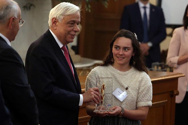 Ο Πρόεδρος της Δημοκρατίας Προκόπης Παυλόπουλος (Α), δίνει το βραβείο σε μαθήτρια του 4ου Λυκείου Λάρισας, στην τελετή επίδωσης βραβείων στους καλύτερους μαθητές κάθε νομού της χώρας στο πλαίσιο του προγράμματος χορηγιών «Η Μεγάλη Στιγμή για την Παιδεία», Παρασκευή 20 Απριλίου 2018. ΑΠΕ - ΜΠΕ/ΑΠΕ - ΜΠΕ/Αλέξανδρος Μπελτές