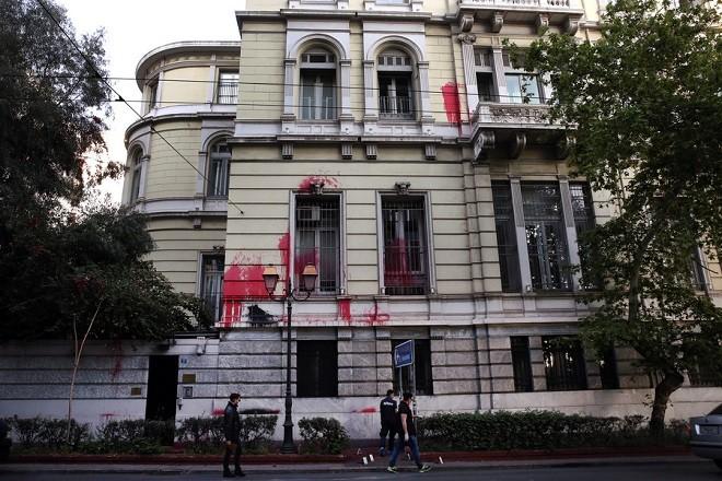Αστυνομικοί ερευνούν για στοιχεία μετά την επίθεση με μπογιές μαύρες και κόκκινες που πραγματοποίησαν περίπου 15 άτομα με μοτοσικλέτες, μέλη του Ρουβίκωνα, στη Γαλλική Πρεσβεία και το Γαλλικό Προξενείο στην Αθήνα, Κυριακή 22 Απριλίου 2018. ΑΠΕ-ΜΠΕ/ΑΠΕ-ΜΠΕ/ΣΥΜΕΛΑ ΠΑΝΤΖΑΡΤΖΗ