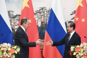 epa06686867 Russia's Foreign Minister Sergei Lavrov (L) and Chinese State Councilor and Foreign Minister Wang Yi (R) shake hands as they end their press conference at the Diaoyutai State Guest House in Beijing, China, 23 April 2018.  EPA/MADOKA IKEGAMI / POOL
