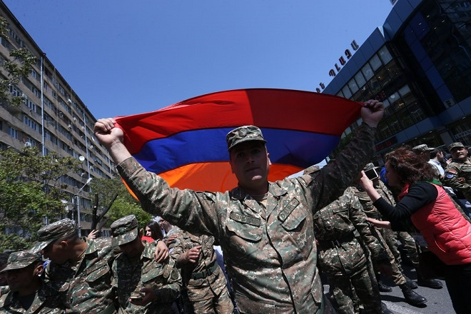 epa06687045 Armenian soldiers march with protestors during anti-government protests accusing the Armenian Prime Minister of corruption and authoritarian rule in Yerevan, Armenia, 23 April 2018.  Armenia soldiers join anti-government protests in Yerevan. Serzh Sargsyan elected as Prime Minister by the National Assembly of Armenia.  EPA/VAHRAM BAGHDASARYAN