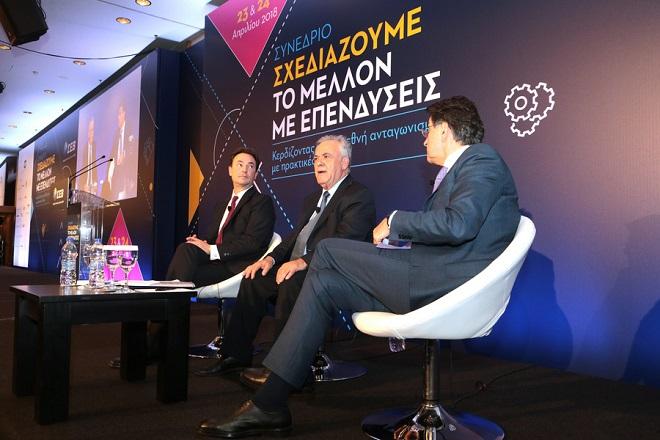 Ο αντιπρόεδρος της κυβέρνησης, υπουργός Οικονομίας και Ανάπτυξης Γιάννης Δραγασάκης  (Κ) πλαισιωμένος από τον πρόεδρο του ΣΕΒ Θεόδωρο Φέσσα (Δ) και τον διευθύνοντα σύμβουλο της Lamda Development AE Οδυσσέα Αθανασίου (Α) ,μιλά σε συνέδριο του ΣΕΒ, Δευτέρα 23 Απριλίου 2018.  Διήμερο συνέδριο διοργάνωσε ο ΣΕΒ, με θέμα «Σχεδιάζουμε το μέλλον με επενδύσεις» με αντικείμενο την παρουσίαση της εργαλειοθήκης του για την επιτάχυνση των επενδύσεων. ΑΠΕ-ΜΠΕ/ΑΠΕ-ΜΠΕ/Παντελής Σαίτας