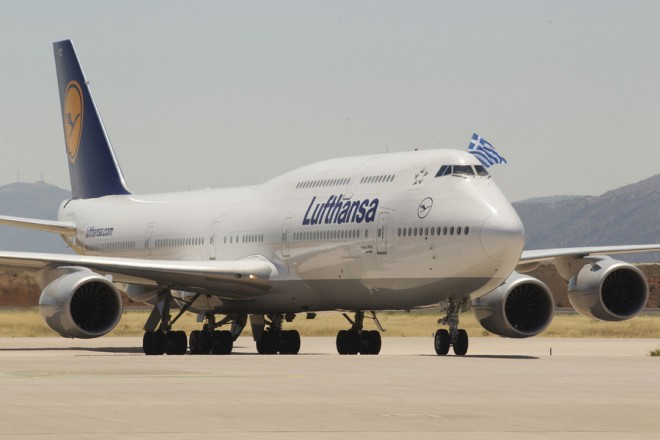 Οι πιλότοι του Β747-8 κατά την προσγείωση στην Αθήνα ανεμίζουν την ελληνική σημαία, την Τρίτη 18 Ιουνίου 2013. Τη «Βασίλισσα των Αιθέρων», το Β747-8 της Lufthansa υποδέχτηκε σήμερα η Αθήνα σε μια εντυπωσιακή τελετή που διοργανώθηκε στον Διεθνή Αερολιμένα Ελ. Βενιζέλος. Στις 12 το μεσημέρι, η νέα ναυαρχίδα της γερμανικής αεροπορικής εταιρίας προσγειώθηκε για πρώτη φορά με τα χρώματα της Lufthansa,  παρουσία εκατοντάδων εκλεκτών προσκεκλημένων, συνεργατών της αεροπορικής εταιρίας και δημοσιογράφων. Η  Lufthansa επέλεξε την Αθήνα για την παρουσίαση του μακρύτερου αεροσκάφους στον κόσμο, τονίζοντας τη σημασία της Ελληνικής αγοράς για την γερμανική εταιρία.   ΑΠΕ- ΜΠΕ/ LUFTHANSA /ΘΑΝΑΣΗΣ ΑΝΑΓΝΩΣΤΟΠΟΥΛΟΣ