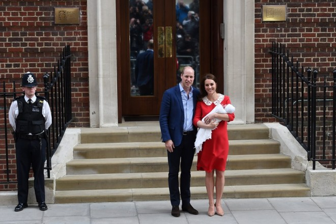 epa06687792 Britain's Prince William, Duke of Cambridge (L) stands next to his wife Catherine (R), Duchess of Cambridge who holds their newborn son outside the Lindo Wing at St. Mary's Hospital  in Paddington, London, Britain, 23 April 2018. The baby boy is the royal couple's third child and fifth in line to the British throne.  EPA/ANDY RAIN