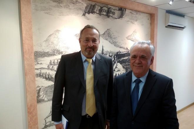 (Ξένη δημοσίευση)  Ο Αντιπρόεδρος της Κυβέρνησης και υπουργός Οικονομίας & Ανάπτυξης, Γιάννης Δραγασάκης (Δ) συναντήθηκε με τον Πρέσβη της Γαλλικής Δημοκρατίας στην Ελλάδα, Christophe Chantepy (Α),  την  Τρίτη 24 Απριλίου 2018.  Στο επίκεντρο της συνάντησης τέθηκε η ενίσχυση της ανάκαμψης στην Ελλάδα και η βέλτιστη αξιοποίηση των αναπτυξιακών δυνατοτήτων που διαγράφονται για τη χώρα. ΑΠΕ-ΜΠΕ/ΓΓ ΕΝΗΜΕΡΩΣΗΣ/STR