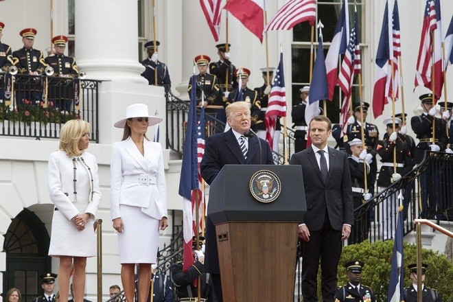 epa06689536 US President Donald J. Trump (2-R) gives a speech next to First Lady Melania Trump (2-L) with French President Emmanuel Macron (2-R) and his wife Brigitte Macron (L) attend an arrival ceremony at the White House in Washington, DC, USA, 24 April 2018. President Macron will be in DC for three days for a state visit at the White House and an address to a joint session of Congress on 25 April.  EPA/Chris Kleponis / POOL