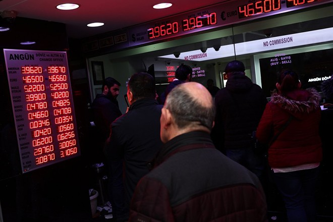 epa06343898 People exchange money at a currency exchange office in Istanbul, Turkey, 22 November 2017. According to reports on 21 November, Turkish Lira hit record low against major currencies, recording 4.65 liras against the euro.  EPA/SEDAT SUNA