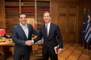 (Ξένη Δημοσίευση)  Ο πρωθυπουργός, Αλέξης Τσίπρας (Α) υποδέχεται τον Διευθύνοντα Σύμβουλο της ιταλικής εταιρείας φυσικού αερίου SNAM, Μάρκο Αλβερά (Δ), όπου συζήτησαν σχετικά με την επένδυσή της στον ΔΕΣΦΑ,  κατά τη διάρκεια της συνάντησής τους, την Παρασκευή 27 Απριλίου 2018,  στο Μέγαρο Μαξίμου.  Κατά τη συνάντηση, ο πρωθυπουργός τόνισε τη σημασία του υψηλού τιμήματος της προσφοράς της ιταλικής εταιρείας για τον ΔΕΣΦΑ και ενημερώθηκε για τα σχέδια ανάπτυξης της SNAM και του ΔΕΣΦΑ με επενδύσεις τόσο στην Ελλάδα όσο και στην ευρύτερη περιοχή της Ανατολικής Μεσογείου, με επίκεντρο τη χώρα μας. ΑΠΕ-ΜΠΕ/ΓΡΑΦΕΙΟ ΤΥΠΟΥ ΠΡΩΘΥΠΟΥΡΓΟΥ/Andrea Bonetti