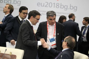 O υπουργός Οικονομικών Ευκλείδης Τσακαλώτος (Κ) συνομιλεί με τον πρόεδρο του EFC Hans Vijlbrief (Δ) κατά τη διάρκεια της συνεδρίασης του Eurogroup, την Παρασκευή 27 Απριλίου 2018, στη Σόφια. Η Ευρωομάδα θα ενημερωθεί από την Κομισιόν, την ΕΚΤ και τον ΕΜΣ, για την πρόοδο που σημειώθηκε στην τρέχουσα τέταρτη αναθεώρηση του προγράμματος χρηματοοικονομικής βοήθειας της Ελλάδας. Η τραπεζική ένωση και μια συζήτηση για τη δυναμική των μισθών βρίσκονται επίσης στην ημερήσια διάταξη των υπουργών.  ΑΠΕ-ΜΠΕ/consilium.europa.eu/STR