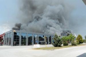 Έντονοι καπνοί αναδύονται κατά τη διάρκεια μεγάλης φωτιάς που ξέσπασε σε εργοστάσιο μπαταριών στο Όλβιο Ξάνθης, Τρίτη 1η Μαΐου 2018. Η φωτιά ξεκίνησε στο κεντρικό κτίριο κατασκευής βιομηχανικών μπαταριών με ιδιαιτέρως εύφλεκτα υλικά ενώ ισχυρές δυνάμεις της Πυροσβεστικής έχουν βρεθεί από την πρώτη στιγμή στο εργοστάσιο για την κατάσβεση. ΑΠΕ-ΜΠΕ/ ΑΠΕ-ΜΠΕ/ ΧΑΡΗΣ ΙΟΡΔΑΝΙΔΗΣ