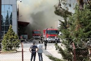 Άνδρες της Πυροσβεστικής προσπαθούν να κατασβέσουν μεγάλη φωτιά που ξέσπασε σε εργοστάσιο μπαταριών στο Όλβιο Ξάνθης, Τρίτη 1η Μαΐου 2018. Η φωτιά ξεκίνησε στο κεντρικό κτίριο κατασκευής βιομηχανικών μπαταριών με ιδιαιτέρως εύφλεκτα υλικά. ΑΠΕ-ΜΠΕ/ ΑΠΕ-ΜΠΕ/ ΧΑΡΗΣ ΙΟΡΔΑΝΙΔΗΣ
