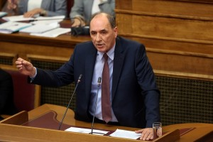 Ο υπουργός Ενέργειας και Περιβάλλοντος Γιώργος Σταθάκης μιλάει στην ψήφιση επί της αρχής, των άρθρων και του συνόλου του σχεδίου νόμου του Υπουργείου Περιβάλλοντος και Ενέργειας «Διαρθρωτικά μέτρα για την πρόσβαση στο λιγνίτη και το περαιτέρω άνοιγμα της χονδρεμπορικής αγοράς ηλεκτρισμού», Τετάρτη 25 Απριλίου 2018. ΑΠΕ-ΜΠΕ/ΑΠΕ-ΜΠΕ/ΟΡΕΣΤΗΣ ΠΑΝΑΓΙΩΤΟΥ