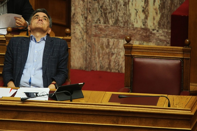 Ο υπουργός Οικονομικών Ευκλείδης Τσακαλώτος παρακολουθεί τη δεύτερη μέρα της  συνεδρίασης της Ολομέλειας της Βουλής κατά τη συζήτηση και ψήφιση των μέτρων για το κλείσιμο της β' αξιολόγησης, Αθήνα, την Πέμπτη 18  Μαΐου 2017. ΑΠΕ-ΜΠΕ/ΑΠΕ-ΜΠΕ/ΑΛΕΞΑΝΔΡΟΣ ΒΛΑΧΟΣ