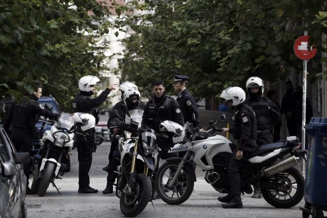 Αστυνομικοί έξω από διαμέρισμα στην Καλλιθέα κατά την διάρκεια της έρευνας από άντρες της Αντιτρομοκρατικής Υπηρεσίας μετά την σύλληψη 9 ατόμων τουρκικής καταγωγής, Τρίτη 28 Νοεμβρίου 2017. Οκτώ άνδρες και μια γυναίκα είναι οι προσαχθέντες από την Αντιτρομοκρατική Υπηρεσία, για υπόθεση που δεν αφορά σε εγχώρια τρομοκρατία, ούτε τζιχαντιστές, όπως διευκρινίζεται από την ΕΛΑΣ. Σύμφωνα με πληροφορίες, στα διαμερίσματα έχουν βρεθεί αρκετοί φορητοί ηλεκτρονικοί υπολογιστές, usb, ρολόγια, καλώδια και βάζα με άγνωστη ουσία που παραπέμπουν σε κατασκευή εκρηκτικών μηχανισμών. Όλα τα υλικά θα μεταφερθούν για έρευνα στα εγκληματολογικά εργαστήρια. ΑΠΕ-ΜΠΕ/ΑΠΕ-ΜΠΕ/ΓΙΑΝΝΗΣ ΚΟΛΕΣΙΔΗΣ