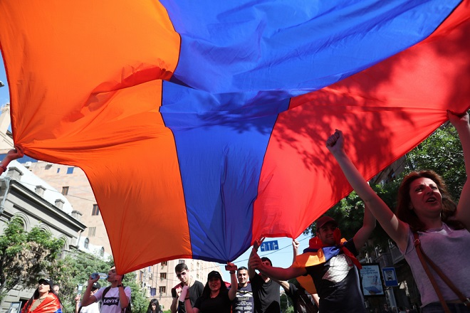 Νίκη των διαδηλωτών στην Αρμενία: Νέος πρωθυπουργός ο Νικόλ Πασινιάν