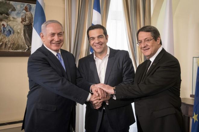 (Ξένη Δημοσίευση) Ο Πρόεδρος της Κυπριακής Δημοκρατίας Νίκος Αναστασιάδης (Δ), ο πρωθυπουργός του Ισραήλ Βενιαμίν Νετανιάχου (Α) και ο πρωθυπουργός Αλέξης Τσίπρας (Κ), ανταλλάσουν χειραψία κατά την διάρκεια της τριμερής  συνάντησης Ελλάδας- Κύπρου- Ισραήλ, στη Λευκωσία, Τρίτη 8 Μαΐου 2018. ΑΠΕ-ΜΠΕ/ΓΡΑΦΕΙΟ ΤΥΠΟΥ ΠΡΩΘΥΠΟΥΡΓΟΥ/Andrea Bonetti