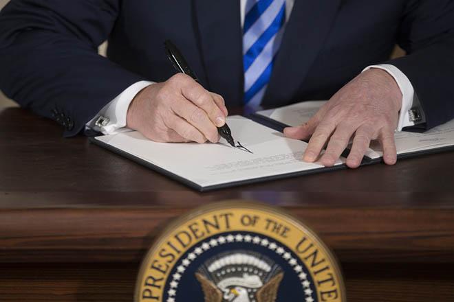 Διάταγμα Τραμπ για κυρώσεις σε όσα κράτη παρεμβαίνουν στις αμερικανικές εκλογές
