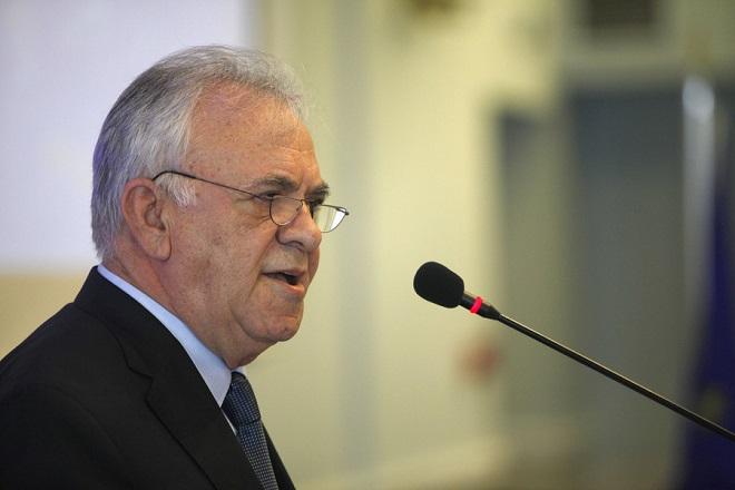 """Ο αντιπρόεδρος της Κυβέρνησης και υπουργός Οικονομίας και Ανάπτυξης Γιάννης Δραγασάκης μιλάει στο 11ο περιφερειακό συνέδριο για την παραγωγική ανασυγκρότηση με θέμα """"Κεντρική Μακεδονία , πόλος ανάπτυξης-πύλη συνεργασίας"""", Δευτέρα 26 Μαρτίου 2018.  ΑΠΕ-ΜΠΕ/ΑΠΕ-ΜΠΕ/ΝΙΚΟΣ ΑΡΒΑΝΙΤΙΔΗΣ"""