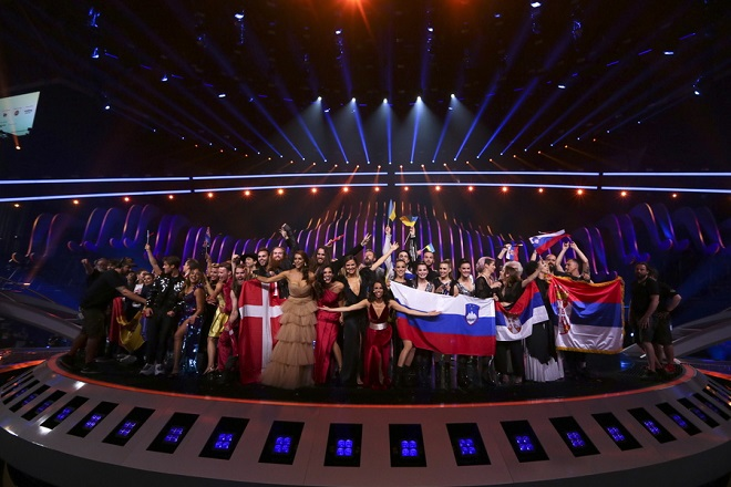 epa06726601 The hosts and winning contestants onstage during the Second Semi-Final of the 63rd annual Eurovision Song Contest (ESC) at the Altice Arena in Lisbon, Portugal, 10 May 2018. The Grand Final of the ESC 2018 is held on 12 May.  EPA/JOSE SENA GOULAO *** Local Caption *** 50359766