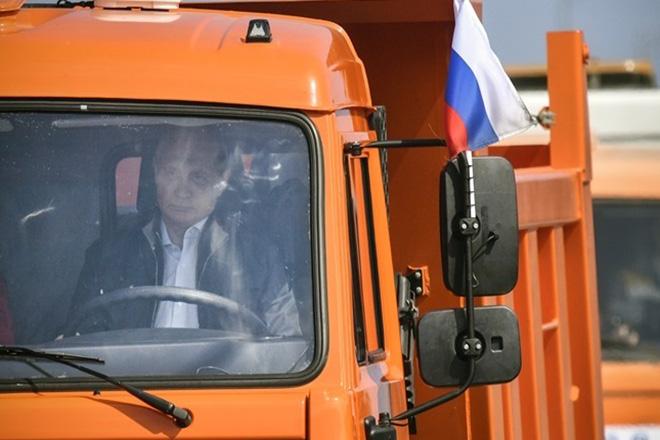 Οδηγώντας φορτηγό ο Πούτιν εγκαινίασε τη «γέφυρα της χιλιετίας» που συνδέει Ρωσία-Κριμαία