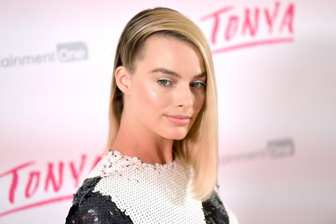 epa06529466 Australian actress Margot Robbie poses for photographers at the UK premiere of the film I, Tonya in London, Britain,15 February 2018.  EPA/NEIL HALL