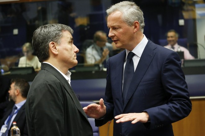 epa06029689 Greek Finance Minister Eucleidis Tsakalotos (L) and French Economy Finance Trade Minister Bruno Lemaire (R) speak at the start of the Eurogroup Finance Ministers meeting in Luxembourg, 15 June 2017. The monthly Eurogroup meeting is expected to pave the way for new loans for Greece.  EPA/JULIEN WARNAND