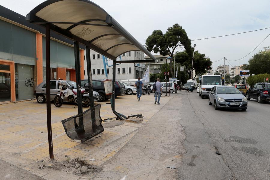 Αυτοκίνητο έπεσε σε στάση λεωφορείου – Ένας νεκρός και τρεις τραυματίες