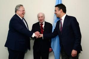 Ο απεσταλμένος του ΓΓ του ΟΗΕ Μάθιου Νίμιτς (Κ), ο  υπουργός Εξωτερικών Νίκος Κοτζιάς (Α)  και ο Σκοπιανός ομόλογος του Νίκολα Ντιμιτρόφ (Δ) ανταλλάσουν χειραψία κατά τη διάρκεια της συνάντησής τους, στην έδρα του ΟΗΕ στην Νέα Υόρκη, την  Πέμπτη 24 Μαΐου 2018. Έχοντας ολοκληρώσει σειρά επαφών στην Ουάσινγκτον, ο ΥΠΕΞ μετέβη την Τετάρτη στη Νέα Υόρκη, όπου συναντήθηκε με τον γγ του ΟΗΕ Αντόνιο Γκουτέρες. Οι συζητήσεις των δύο ανδρών επικεντρώθηκαν στις εν εξελίξει διαπραγματεύσεις για το ονοματολογικό, αλλά και στο πώς μπορεί να προχωρήσει η επανέναρξη των συνομιλιών για το Κυπριακό. ΑΠΕ-ΜΠΕ/ΑΠΕ-ΜΠΕ/ΠΑΝΑΓΟΣ ΔΗΜΗΤΡΗΣ