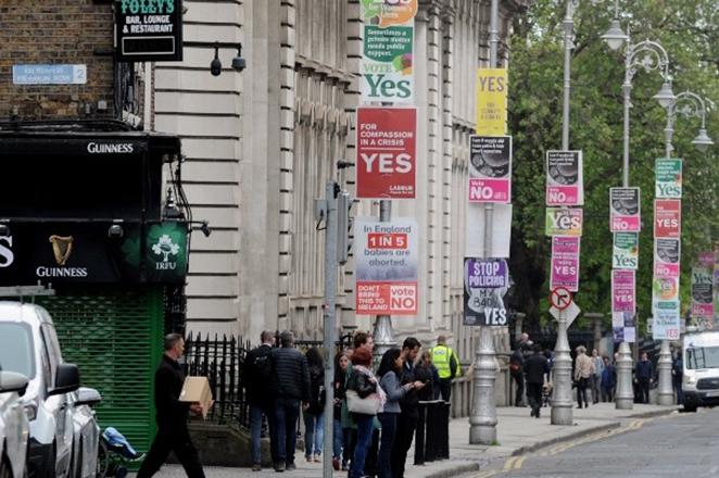 Δημοψήφισμα για τις αμβλώσεις: Οι Ιρλανδοί στις κάλπες για ένα θέμα – ταμπού