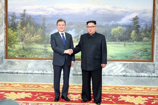 epa06764404 A handout photo made available by the South Korean presidential office Cheong Wa Dae (Blue House) shows South Korean President Moon Jae-In (L) and North Korean leader Kim Jong-Un (R) shaking hands prior to their second summit in the North Korean side of the demilitarised zone, 26 May 2018.  EPA/CHEONG WA DAE HANDOUT SOUTH KOREA OUT HANDOUT EDITORIAL USE ONLY/NO SALES