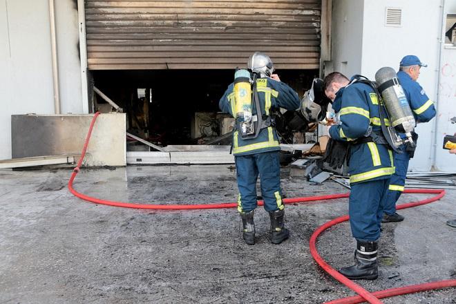 Υπό μερικό έλεγχο η πυρκαγιά σε βιοτεχνία στο Περιστέρι