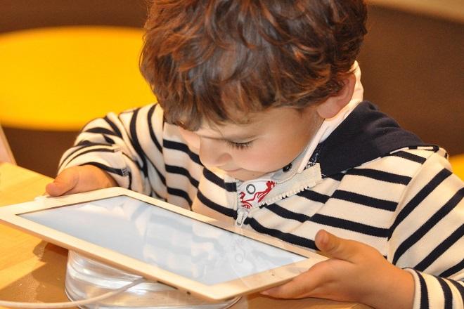 Έρευνα: Πολλές ώρες στην οθόνη φαίνεται να επηρεάζουν τον εγκέφαλο των παιδιών