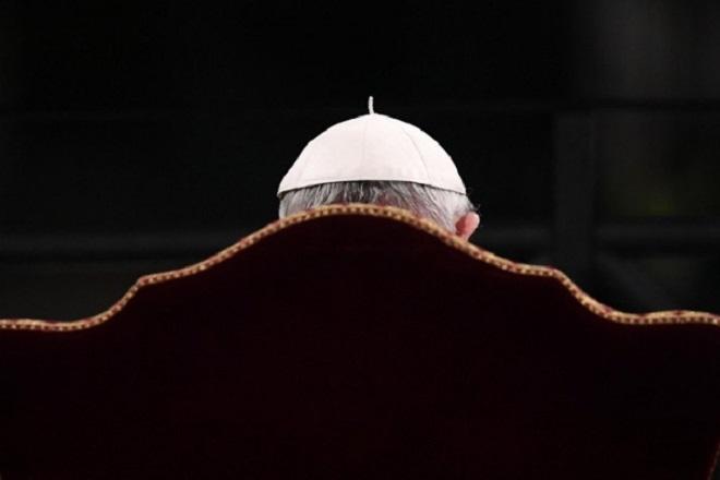 Αστροναύτες χάρισαν στον πάπα Φραγκίσκο τη δική του… διαστημική στολή