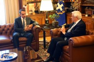 Ο Πρόεδρος της Δημοκρατίας Προκόπης Παυλόπουλος (Δ) μιλά με τον πρόεδρο της ΝΔ Κυριάκο Μητσοτάκη (Α) στη σημερινή τους συνάντηση στο Προεδρικό Μέγαρο, Τετάρτη 13 Ιουνίου 2018. Τον αρχηγό της αξιωματικής αντιπολίτευσης, Κυριάκο Μητσοτάκη, δέχθηκε  στο Προεδρικό Μέγαρο ο Πρόεδρος της Δημοκρατίας, Προκόπης Παυλόπουλος, και ενημερώθηκε για τις θέσεις της ΝΔ σχετικά με το Μακεδονικό, μετά τις χθεσινές ανακοινώσεις του πρωθυπουργού, Αλέξη Τσίπρα, για επίτευξη συμφωνίας με την πΓΔΜ.ΑΠΕ-ΜΠΕ/ΑΠΕ-ΜΠΕ/Αλέξανδρος Μπελτές