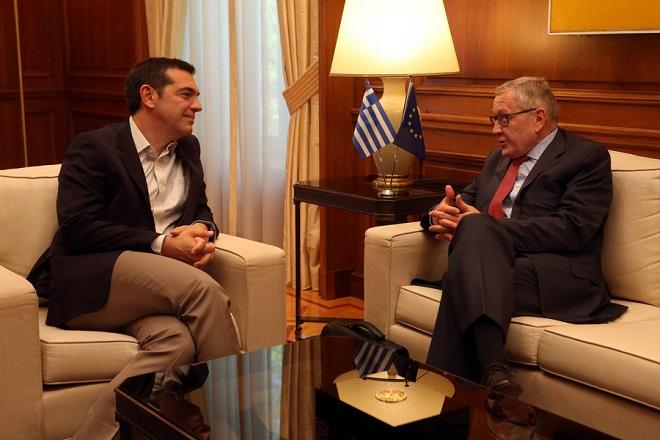 Ο πρωθυπουργός Αλέξης Τσίπρας (Α) μιλά με τον επικεφαλής του Ευρωπαϊκού Μηχανισμού Σταθερότητας (ESM), Κλάους Ρέγκλινγκ (Δ) στη σημερινή τους συνάντηση στο Μέγαρο Μαξίμου, Τετάρτη 13 Ιουνίου 2018. ΑΠΕ-ΜΠΕ/ΑΠΕ-ΜΠΕ/Αλέξανδρος Μπελτές