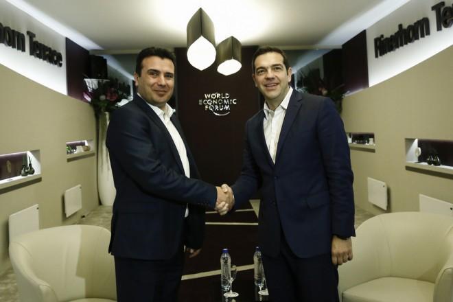(Ξένη Δημοσίευση) Ο πρωθυπουργός, Αλέξης Τσίπρας (Δ) ανταλλάσει χειραψία με τον Πρωθυπουργό της ΠΓΔΜ κ. Ζόραν Ζάεφ (Zoran Zaev) (Α) σε συνάντηση που είχαν, στο περιθώριο του Παγκόσμιου Οικονομικού Φόρουμ, στο Νταβός, την Τεταρτη 24 Ιανουαρίου 2018.  Ο πρωθυπουργός, Αλέξης Τσίπρας, βρίσκεται στο Νταβός της Ελβετίας, για να συμμετάσχει στις εργασίες του Παγκοσμίου Οικονομικού Φόρουμ. ΑΠΕ-ΜΠΕ/ΓΡΑΦΕΙΟ ΤΥΠΟΥ ΠΡΩΘΥΠΟΥΡΓΟΥ/ΓΙΑΝΝΗΣ ΚΟΛΕΣΙΔΗΣ