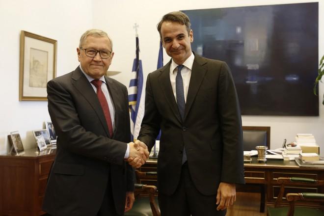 Ο πρόεδρος της Νέας Δημοκρατίας Κυριάκος Μητσοτάκης (Δ) υποδέχεται τον επικεφαλής του Ευρωπαϊκού Μηχανισμού Σταθερότητας (ESM) Κλάους Ρέγκλινγκ (Α) στο γραφείο του προέδρου της Νέας Δημοκρατίας στη Βουλή, Τετάρτη 13 Ιουνίου 2018. ΑΠΕ-ΜΠΕ/ΑΠΕ-ΜΠΕ/ΑΛΕΞΑΝΔΡΟΣ ΒΛΑΧΟΣ