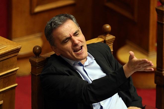 Ο υπουργός Οικονομικών Ευκλείδης Τσακαλώτος αντιδρά στα λεγόμενα του βουλευτή της ΚΙΝΑΛ Ευάγγελου Βενιζέλου από το βήμα της Βουλής στη συζήτηση για τη ψήφιση του νομοσχεδίου με τα προαπαιτούμενα για το κλείσιμο της 4ης αξιολόγησης, Τετάρτη 13 Ιουνίου 2018. ΑΠΕ-ΜΠΕ/ΑΠΕ-ΜΠΕ/ΟΡΕΣΤΗΣ ΠΑΝΑΓΙΩΤΟΥ