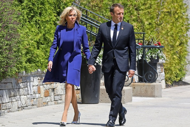 epa06794471 French President Emmanuel Macron (R) and his wife Brigitte Macron (L) walk to a welcome ceremony with Canadian Prime Minister Justin Trudeau in La Malbaie, Quebec, Canada, 08 June 2018 on the first day of the G7 Summit.  EPA/LUDOVIC MARIN / POOL MAXPPP OUT