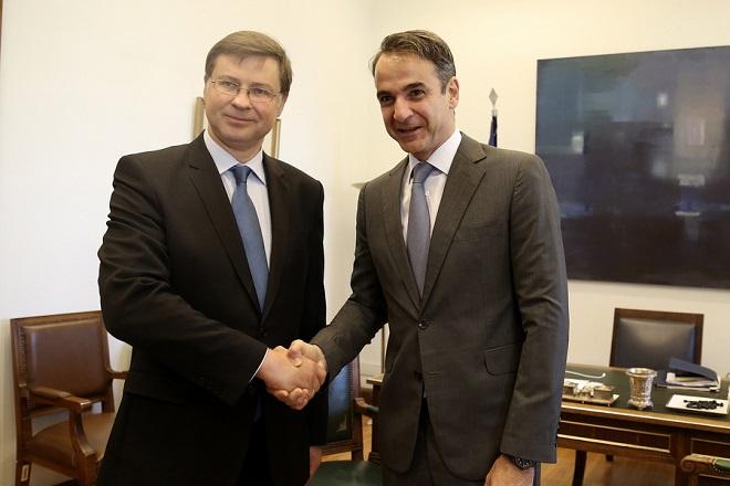 Ο πρόεδρος της Νέας Δημοκρατίας Κυριάκος Μητσοτάκης (Δ) υποδέχεται τον αντιπρόεδρο της Ευρωπαϊκής Επιτροπής Βάλντις Ντομπρόβσκις (Α) κατά τη συνάντησή τους στο γραφείο της Νέας Δημοκρατίας στη Βουλή, Αθήνα, Παρασκευή 15 Ιουνίου 2018. ΑΠΕ-ΜΠΕ/ΑΠΕ-ΜΠΕ/ΣΥΜΕΛΑ ΠΑΝΤΖΑΡΤΖΗ