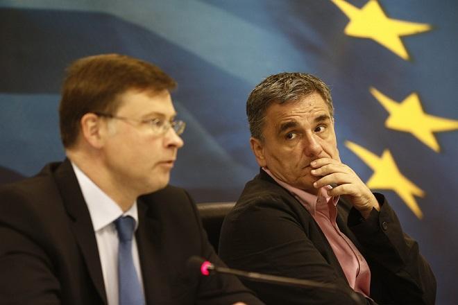 Ο υπουργός Οικονομικών Ευκλείδης Τσακαλώτος (Δ) με τον Αντιπρόεδρο της Ευρωπαϊκής Επιτροπής, Βάλντις Ντομπρόβσκις (Α) κάνουν δηλώσεις στους δημοσιογράφους μετά τη συνάντηση που είχαν στο υπουργείο Οικονομικών, Παρασκευή 15 Ιουνίου 2018. ΑΠΕ-ΜΠΕ/ΑΠΕ-ΜΠΕ/ΑΛΕΞΑΝΔΡΟΣ ΒΛΑΧΟΣ