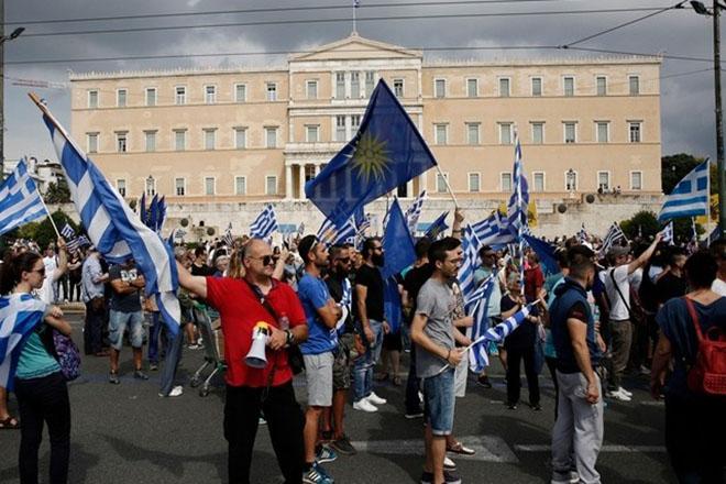 Σε εξέλιξη συγκέντρωση διαμαρτυρίας στο Σύνταγμα κατά της συμφωνίας Ελλάδας-ΠΓΔΜ