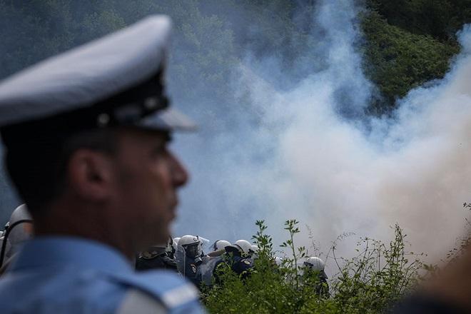 Νέα επεισόδια στις Πρέσπες μεταξύ ΜΑΤ και διαδηλωτών
