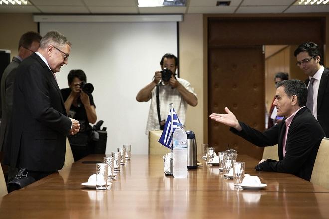 Ο υπουργός Οικονομικών Ευκλείδης Τσακαλώτος (Δ) συνομιλεί με τον Διευθύνοντα Σύμβουλο του Ευρωπαϊκού Μηχανισμού Σταθερότητας (ESM) Κλάους Ρέγκλινγκ (Α) στη συνάντηση που είχαν στο υπουργείο Οικονομικών, Παρασκευή 15 Ιουνίου 2018. ΑΠΕ-ΜΠΕ/ΑΠΕ-ΜΠΕ/ΑΛΕΞΑΝΔΡΟΣ ΒΛΑΧΟΣ