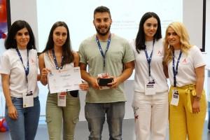 Ο λόγος για τον Μεταπτυχιακό φοιτητή του Τμήματος Αξιοποίησης Φυσικών Πόρων και Γεωργικής Μηχανικής του Γεωπονικού Πανεπιστημίου Αθηνών, Αυγουστίνο Πανταζίδη, και την προπτυχιακή φοιτήτρια του ίδιου τμήματος, Μαρία Κοντογιάννη, οι οποίοι σχεδίασαν το «Space Agrobox»