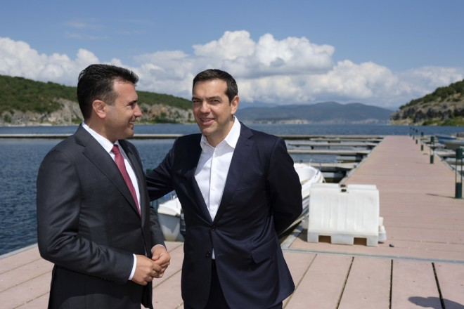 """Ο πρωθυπουργός Αλέξης Τσίπρας (Δ) υποδέχεται τον πρωθυπουργό της ΠΓΔΜ Ζόραν Ζάεφ (Α) στην τελετή υπογραφής συμφωνίας μεταξύ Ελλάδος και ΠΓΔΜ για το ονοματολογικό της ΠΓΔΜ, στους Ψαράδες Πρεσπών, Φλώρινα, Κυριακή 17 Ιουνίου 2018. Η συμφωνία αποτελεί προϊόν μίας πολύμηνης διαπραγμάτευσης μεταξύ των δύο χωρών και κατέληξε στο όνομα """"Βόρεια Μακεδονία"""" ή """"Severna Makedonja"""". ΑΠΕ-ΜΠΕ/Γραφείο Τύπου Πρωθυπουργού/Andrea Bonetti"""