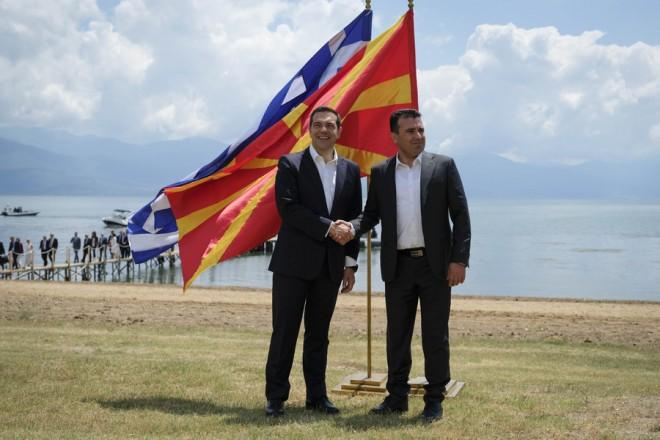 """Ο πρωθυπουργός Αλέξης Τσίπρας (Α) και ο πρωθυπουργός της ΠΓΔΜ Ζόραν Ζάεφ (Δ) δίνουν τα χέρια μετά την τελετή υπογραφής συμφωνίας μεταξύ Ελλάδος και ΠΓΔΜ για το ονοματολογικό της ΠΓΔΜ, στις Πρέσπες, ΠΓΔΜ, Κυριακή 17 Ιουνίου 2018. Η συμφωνία αποτελεί προϊόν μίας πολύμηνης διαπραγμάτευσης μεταξύ των δύο χωρών και κατέληξε στο όνομα """"Βόρεια Μακεδονία"""" ή """"Severna Makedonja"""". ΑΠΕ-ΜΠΕ/Γραφείο Τύπου Πρωθυπουργού/Andrea Bonetti"""