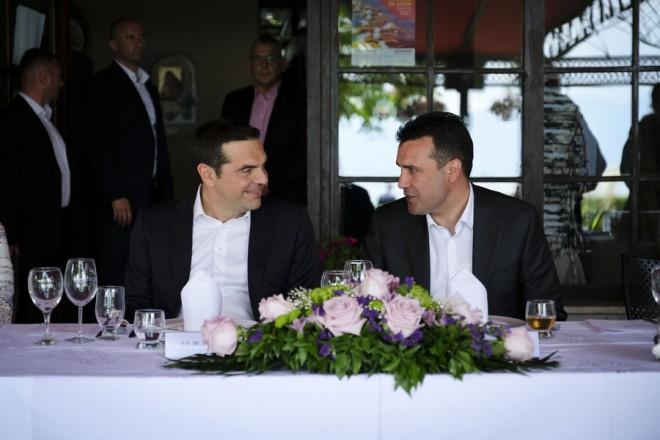 """Ο πρωθυπουργός Αλέξης Τσίπρας (Α) και ο πρωθυπουργός της ΠΓΔΜ Ζόραν Ζάεφ (Δ) παρακάθονται σε γεύμα μετά την τελετή υπογραφής συμφωνίας μεταξύ Ελλάδος και ΠΓΔΜ για το ονοματολογικό της ΠΓΔΜ, στις Πρέσπες, ΠΓΔΜ, Κυριακή 17 Ιουνίου 2018. Η συμφωνία αποτελεί προϊόν μίας πολύμηνης διαπραγμάτευσης μεταξύ των δύο χωρών και κατέληξε στο όνομα """"Βόρεια Μακεδονία"""" ή """"Severna Makedonja"""". ΑΠΕ-ΜΠΕ/Γραφείο Τύπου Πρωθυπουργού/Andrea Bonetti"""