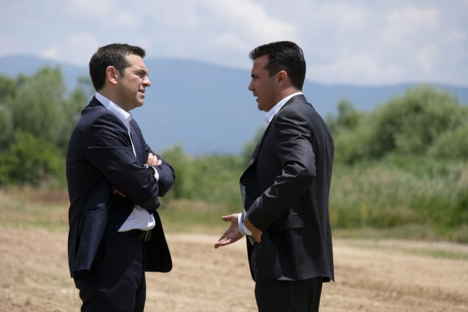 """Ο πρωθυπουργός Αλέξης Τσίπρας (Α) και ο πρωθυπουργός της ΠΓΔΜ Ζόραν Ζάεφ (Δ) συνομιλούν μετά την τελετή υπογραφής συμφωνίας μεταξύ Ελλάδος και ΠΓΔΜ για το ονοματολογικό της ΠΓΔΜ, στις Πρέσπες, ΠΓΔΜ, Κυριακή 17 Ιουνίου 2018. Η συμφωνία αποτελεί προϊόν μίας πολύμηνης διαπραγμάτευσης μεταξύ των δύο χωρών και κατέληξε στο όνομα """"Βόρεια Μακεδονία"""" ή """"Severna Makedonja"""". ΑΠΕ-ΜΠΕ/Γραφείο Τύπου Πρωθυπουργού/Andrea Bonetti"""